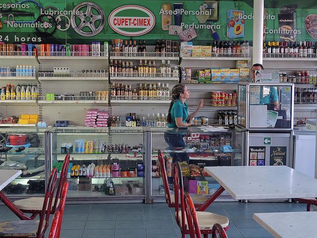 pequeño supermercado cubano