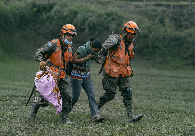 Equipos de rescate de Conred atendiendo a una afectada en la zona próxima al volcán