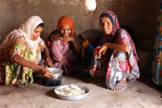 En el pueblo de Aldoosh, en Yemen, Ayesha y sus hijos preparan la cena. Son beneficiarios de un proyecto financiado por la FFP (Alimentación Para la Paz)