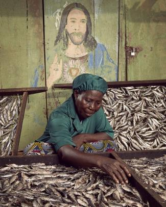 Mujer ahumando pescado en Katanga, Togo.