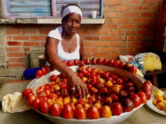 Vendedora de chontaduros en Colombia