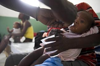 Un niño con cólera es tratado en un hospital de Haití.