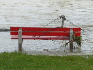 Banco en un espacio inundado