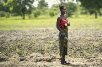 Mujer trabajando en una plantación, África