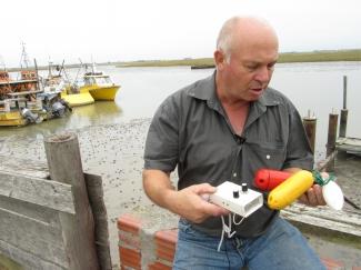 Pescador con un detector de onda