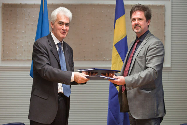 FAO's Laurent Thomas (left) and Sida's Per Byman signing agreement