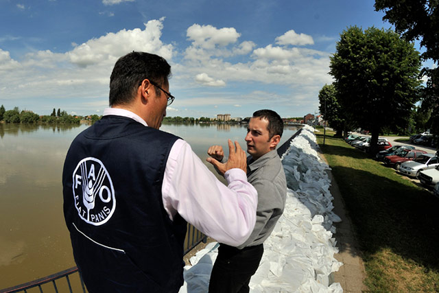 FAO experts visit flooded agricultural areas in Serbia.