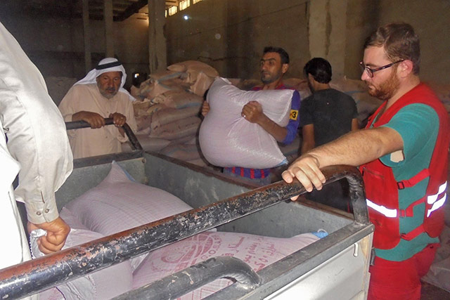 Syrian farmers in Ar-Raqqa governorate receiving cereal seeds from FAO
